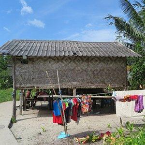 ลักษณะของการปลูกบ้านเรือนจะเป็นแบบเรียบง่าย บางบ้านยกพื้นสูงบางบ้านก็ปลูกติดกับพื้นดินครับ