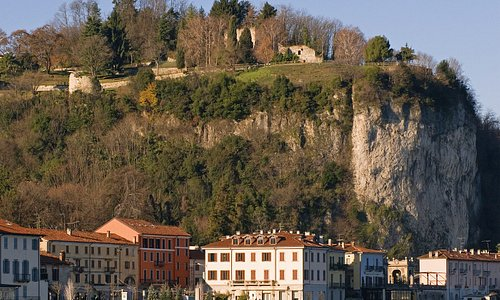 La Rocca Borromea di Arona era uno dei più strategici punti di controllo del Lago Maggiore, immagina il panorama di cui puoi godere!