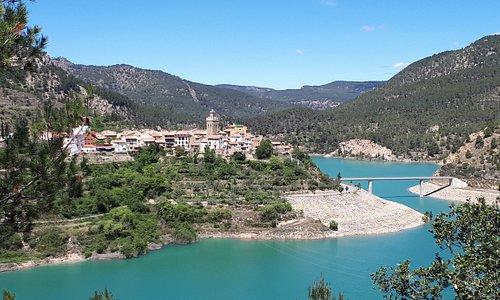 Puebla de Arenoso en Castellón, incluido dentro de la ruta La Conquista de Valencia del Camino del Cid, es una localidad medieval ubicada junto al embalse de Arenoso, en que hay que destacar el muro de su presa. Preciosos paisajes del Parque Natural del curso alto del Río Mijares y Sierra del Espadán.