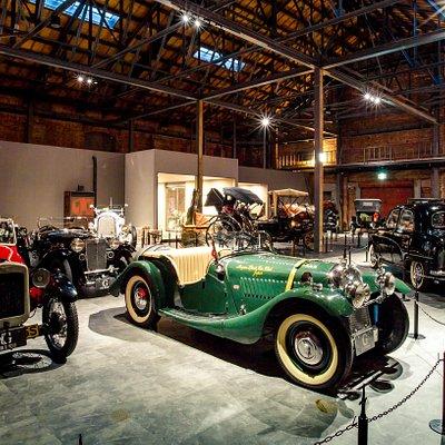 約100年の歴史ある赤レンガ倉庫に動態保存で展示されているクラシックカー。