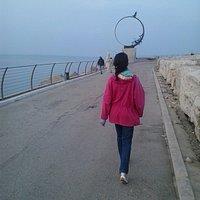 Mia moglie a passeggio sul Molo Sud di San Bendetto del Tronto