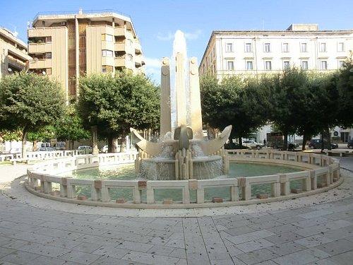 Piazza Cairoli-la fontana delle ancore