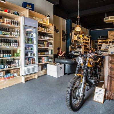 Bier en Barbier in één pand. Heerlijke craftbieren en ciders uit alle hoeken. Geniet en Beleef!