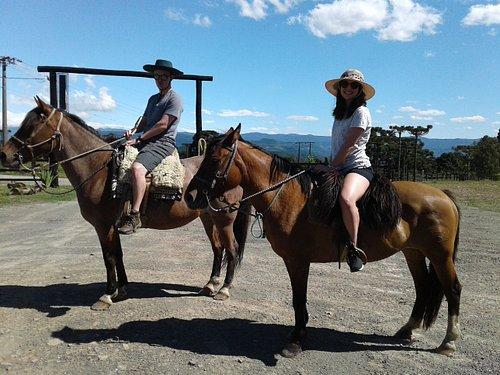 Clientes começando o passeio de cavalo