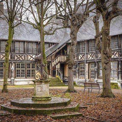 Das Beinhaus Saint Maclou wurde um 1348 errichtet als die Pest in der Stadt wütete. (Foto: Reisepuzzle Reiseblog)
