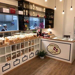 Nel nostro negozio troverete taralli e biscotti di nostra produzione come mostaccioli e baci di dama