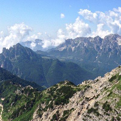 Le Piccole Dolomiti (a sinistra) e il Gruppo del Carega (a destra in fondo) viste dal Monte Pasubio.