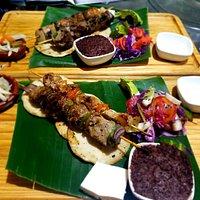 Comida típica pinchos mixtos de res y cerdo