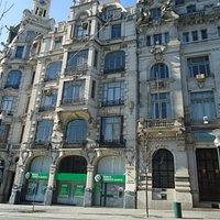 Prédio que encanta os turistas no centro do Porto