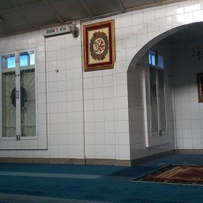 Interior Jawa Mosque : mihrab,hamparan karpet hijau toscq dan ada jam besar kuno di kanan-kirinya