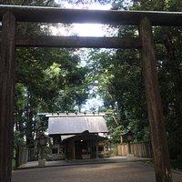 皇宮神社の鳥居と本殿