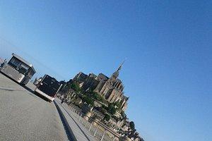 Navettes d'accès au Mont-Saint-Michel. Le stationnement est payant mais les navettes gratuites. Prévoyez entre 30 et 45 minutes entre le parking et l'entrée de l'abbaye.