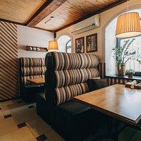 Для гостей желающих получить больше уединения есть столики с высокими диванами.