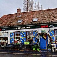 Het kleurrijk café in de Vlaamse velden