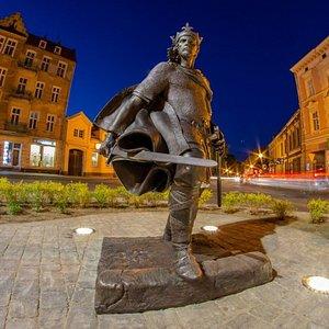 Posąg króla Bolesława II Śmiałego w Gnieźnie.  Autor rzeźby: Rafał Nowak.  Fot. Sebastian Uciński (© Urząd Miejski w Gnieźnie).