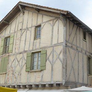 hier vind je nog huisjes van de 15de eeuw