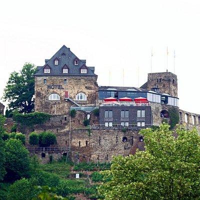 поднимаясь по тропе к Rheinfels Castle - вид на Romantik Hotel