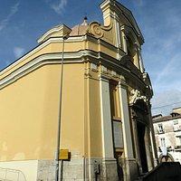 le settecentesche forme della piccola chiesa della Santella