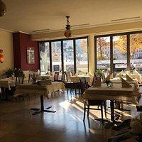 Das Restaurant Estragon hat seine Türen unter neuer Leitung, mit einer neuen Küche und einer neuen Atmosphäre wieder geöffnet.