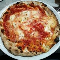 Pizza con mozzarella di bufala affumicata.