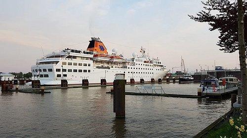 Die MS Hanseatic auf dem Weg durch die Schleuse des Nord-Ostsee-Kanals in Brunsbüttel in die Nordsee.