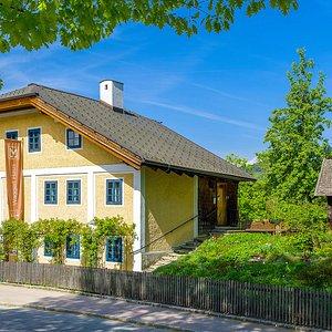 Das Karl Heinrich Waggerl-Haus im Sommer. Wohnhaus von Waggerl für mehr als 50 Jahre. © Kunstverlag Gregor Peda, D-94034 Passau