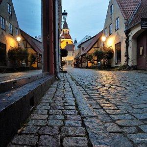 Bøjestræde i købstaden Faaborg med vue op til byens vartegn Klokketårnet.