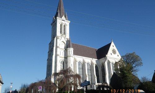 L'église St Pierre de BOUVINES (photo prise à 12H)