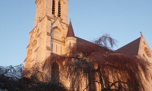 L'église St Pierre de BOUVINES (photo prise juste avant le couché du soleil)