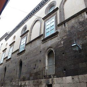 il lato del palazzo lungo via E.Fieramosca