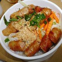 友人はベトナムソーセージ盛り合わせ麺