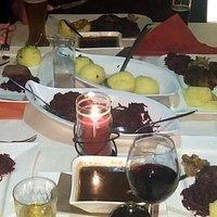 Am Tisch servierte Weihnachtsgans