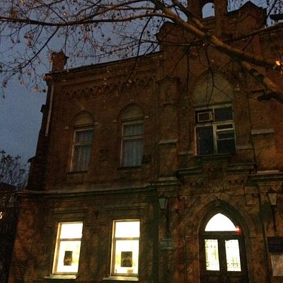 Здание Союза художников Краснодарского края находится в здании бывшей лютеранской церкви.