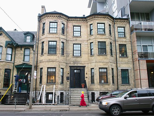 80 Gerrard Street East, in the Garden District near the Church-Wellesley Village and Maple Leaf Gardens, Yonge-Dundas Square, the Eaton Centre, Ryerson University and the Allan Gardens public horticultural conservatory.