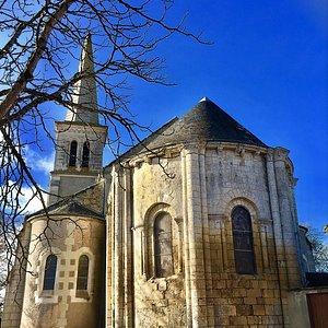 Le chœur et le chevet roman méritent une visite si l'on passe à Chalandray. Quelques jolis vitraux et des peintures sont dignes d'intérêt.