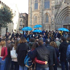 Look for our Blue Umbrellas! Busca para nuestro paraguas azules Generation Tours!