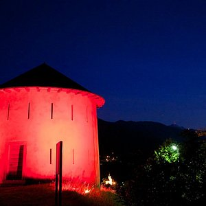"""Primo fortino di Camorino illuminato in rosso in occasione della tradizionale """"Festa delle Fragole""""."""