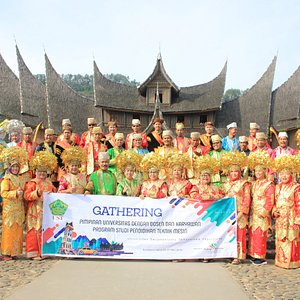 Ust Jogja photo bersama dengan pakaian adat Minangkabau di Istana Pagaruyung
