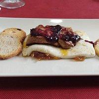 Foie con queso freso, cebolla caramelizada y salsa de arándanos. Delicioso
