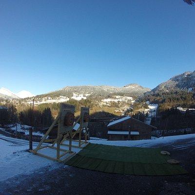 Une prestation de lancer de haches dans la neige pour un CoDir des collaborateurs des banques Layderniers. Où comment s'amuser dans un magnifique environement à Saint jen de Sixt!!
