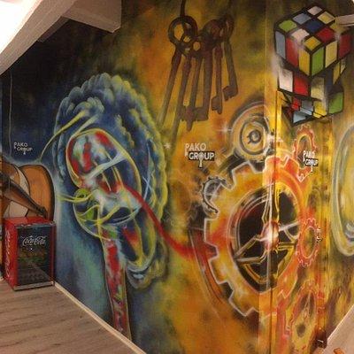 Pakohuoneemme aula, jota koristaa hienot pakohuoneaiheiset graffitit.  Credits: https://www.facebook.com/sovedism/
