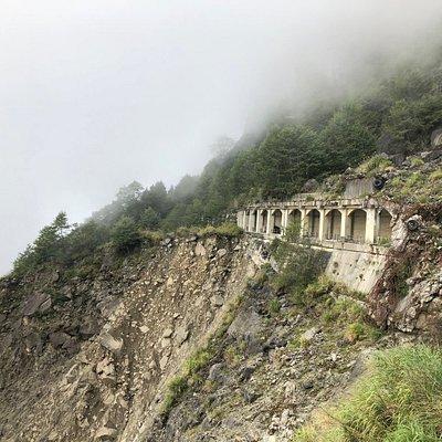 深埋在阿里山內地的眠月線,是早期的火車軌道,然而921大地震後卻無法復原行駛,成為現在天然而又乏人問津的秘境之一,途經一個較危險的坍崩地段,然候非常美麗的隧道鐵軌,共有約24個鐵橋與隧道。但要注意鐵道長年失修有腐蝕的狀況。