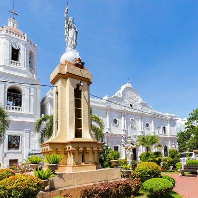 フィリピン サント・ニーニョ教会の広場と銅像 - OnTrip JAL フィリピン中部のビサヤ諸島に位置し、南北に細長く伸びた島の形を持つセブ島。透明度の高い海と純白の砂浜が織りなす美しい自然に包まれたこの島は、アジアを代表するリゾートエリアとして知られていますが、深い歴史や独自の文化に彩られていることも大きな魅力です。