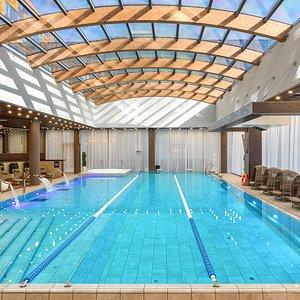 20 метровый бассейн с джакузи, противотоками и водяной стеной