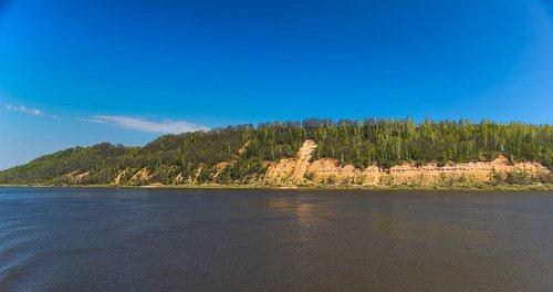 Чубаловское обнажение На протяжении половины километра можно наблюдать свисающие карнизы преимущественно известняковых пород, а в глубоких оврагах бежит ручей с чистой водой.