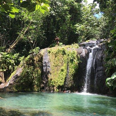 Recherchez les cascades aux eaux turquoises...
