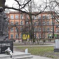 Pomnik Sybiraczki i pomnik kolejki wąskotorowej