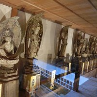 本堂と大師堂をつなぐ回廊に33体の観音像が安置されています
