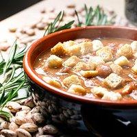 Zuppa di fagioli e crostini
