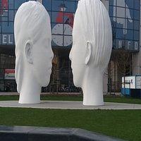 Zodra je het station uit komt, zie je aan de linker kant de grote LOVE- fontein met de 2 hoofden.